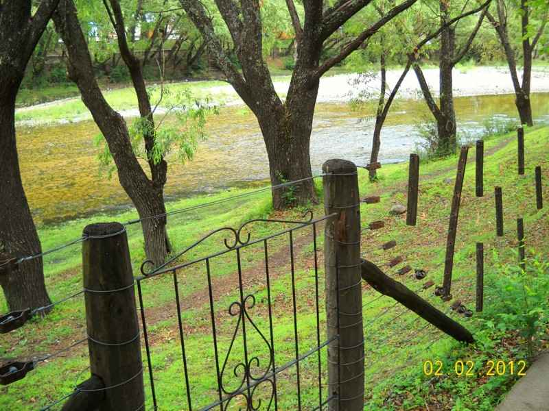 Alpa Corral Pedro vista del rio al frente de las cabañas