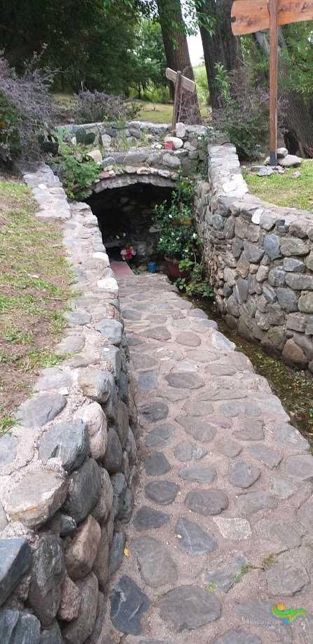 Virgen de Lourdes Alpa Corral vista de la gruta con vertiente