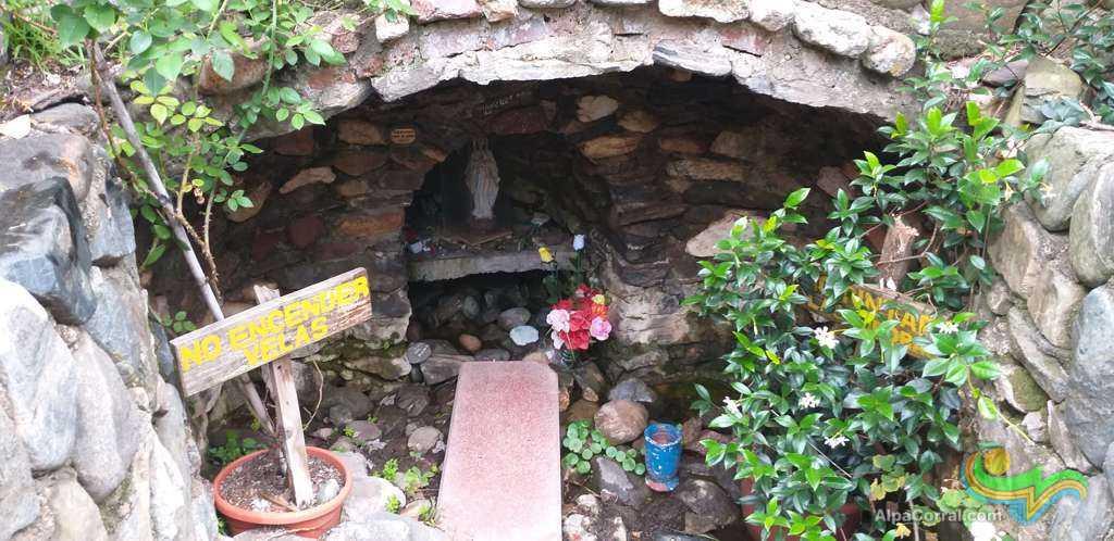 Virgen de Lourdes Alpa Corral gruta estatuilla de la virgen en gruta