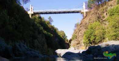Puente Colgante Alpa Corral vista desde el rio
