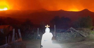 Incendios Cordoba Alpa Corral Hace Frente al fuego con su cruz 84 años