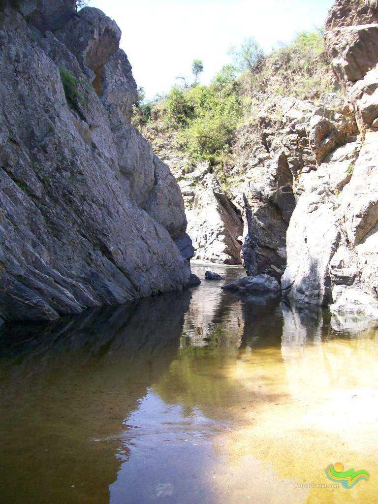 Alpa Corral Cordoba Argentina Aguas Cristalinas pozo con rocas